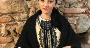 """Debut în lumea muzicii populare -Interpreta Ștefana Popa ne surprinde cu o minunată colindă care se numește """" În cetatea mpărătească"""""""